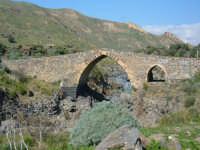 Il cosiddetto Ponte Saraceno sul Simeto. In realtà, il ponte fu realizzato dagli Aragonesi nella seconda metà del XV secolo e non dagli Arabi come il nome usuale può far credere.   - Adrano (3617 clic)