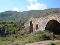Altra veduta del Ponte Saraceno (in realtà Aragonese) che scavalca il Simeto congiungendo le sponde catanese ed ennese (sullo sfondo). L'uso di blocchi di pietra lavica e di arenaria è emblematico delle diverse caratteristiche geologiche delle due sponde.  - Adrano (3674 clic)