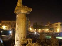 Particolare della colonna del tempio di Apollo - Ortigia notturna  - Siracusa (2706 clic)