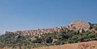 il paese sovrastato dalla rocca del castello   - Sperlinga (3970 clic)