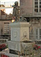 bronzo dedicato alla piccola ancella  - Novara di sicilia (6914 clic)