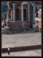 Turista danese e teatro greco  - Taormina (5415 clic)