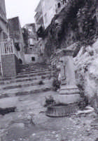 cortile marinaresco con fontana antica  - Sciacca (3819 clic)