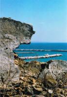 foto del porto incorniciata da un muro cadente  - Sciacca (2930 clic)