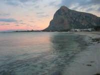 la spiaggia ed il mare all'imbrunire, mentre il cielo si tinge di rosa - 27 gennaio 2008  - San vito lo capo (615 clic)