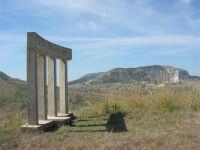 sul colle Pianto Romano, la stele poggiata su quattro colonne recante la scritta: Qui si fa l'Italia o si muore - 4 ottobre 2007     - Calatafimi segesta (935 clic)