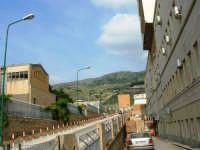 facciata laterale dell'Ospedale S. Antonio Abate ed uno scorcio del Monte Erice - 27 aprile 2007  - Erice (1348 clic)