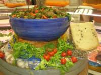 olive cunzate (condite) e formaggio fresco (pecorino) con pepe: un bell'abbinamento ed una splendida composizione . . . stuzzica l'appetito! - 18 marzo 2009  - Alcamo (6075 clic)