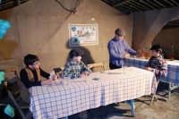 Presepe Vivente presso l'Istituto Comprensivo A. Manzoni, animato da alunni della scuola e da anziani del paese - la taverna - 20 dicembre 2007  - Buseto palizzolo (965 clic)