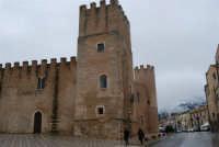 Castello dei Conti di Modica, lato nord-ovest ed uno scorcio del monte Bonifato innevato - 14 febbraio 2009    - Alcamo (3014 clic)