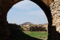 sulla rupe i ruderi del Castello Eufemio, di epoca medioevale - 4 ottobre 2007  - Calatafimi segesta (662 clic)