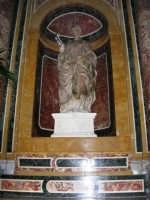 Chiesa di Sant'Oliva, interno: statua in marmo di Sant'Oliva scolpita da Antonello Gagini (mentre per le vie della città si svolge la processione in onore di S. Giuseppe) - 20 marzo 2006   - Alcamo (7628 clic)