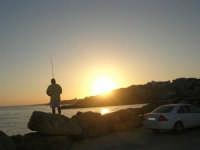 sul molo, pescatore al tramonto - 1 agosto 2007  - Marinella di selinunte (908 clic)