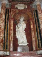 Chiesa di Sant'Oliva, interno: statua di Sant'Eligio, opera di Filippo Pennino, in marmo bianco di Carrara, alta mt. 2,14 (mentre per le vie della città si svolge la processione in onore di S. Giuseppe) - 20 marzo 2006   - Alcamo (3006 clic)