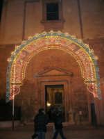 Chiesa di Sant'Oliva, l'ingresso da piazza Ciullo (mentre per le vie della città si svolge la processione in onore di S. Giuseppe) - 20 marzo 2006   - Alcamo (1587 clic)
