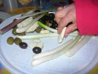 Gli altari di San Giuseppe - per strada: cipolle, olive e formaggio: buon appetito! - 18 marzo 2009   - Balestrate (3371 clic)