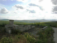 fontana e campi nei pressi di Camporeale - 25 aprile 2008  - Camporeale (2995 clic)