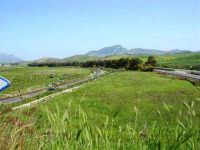 GALLITELLO - panorama con ferrovia ed autostrada; all'orizzonte il monte Bonifato - 22 aprile 2007  - Alcamo (1718 clic)