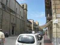 Corso VI Aprile - sulla sinistra la facciata laterale ed il campanile della Chiesa di S. Oliva - 24 maggio 2007  - Alcamo (1043 clic)