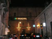 Chiesa di Sant'Oliva, l'ingresso dal corso 6 Aprile, visto dalla via G. Amendola (mentre per le vie della città si svolge la processione in onore di S. Giuseppe) - 20 marzo 2006   - Alcamo (1365 clic)