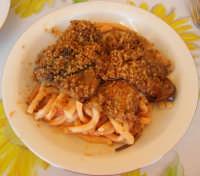 maccarruna cu lu sucu, li milinciani fritti e la muddica atturrata (maccheroni con salsa di pomidoro, le melanzane fritte ed il pangrattato abbrustolito) - 15 agosto 2007  - Alcamo marina (5290 clic)