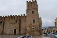 Castello dei Conti di Modica, lato nord ed uno scorcio del monte Bonifato innevato - 14 febbraio 2009    - Alcamo (2820 clic)