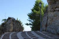 sulla rupe: la strada acciottolata che porta ai ruderi del Castello Eufemio - 4 ottobre 2007  - Calatafimi segesta (786 clic)