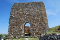 sulla rupe i ruderi del Castello Eufemio, di epoca medioevale - 4 ottobre 2007   - Calatafimi segesta (691 clic)