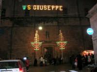 Chiesa di Sant'Oliva, l'ingresso dal corso 6 Aprile, visto dalla via G. Amendola (mentre per le vie della città si svolge la processione in onore di S. Giuseppe) - 20 marzo 2006   - Alcamo (1501 clic)