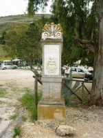 nel parcheggio della zona archeologica l'indicazione per raggiungere il Teatro - 12 aprile 2007   - Segesta (2380 clic)