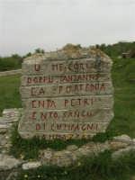 pianoro a metà strada tra i comuni di Piana degli Albanesi, San Giuseppe Jato e San Cipirello: durante la festa del 1° maggio 1947, una sparatoria sulla folla inerme causò, secondo le fonti ufficiali, 11 morti e 27 feriti. Fù la prima strage dell'Italia repubblicana - Stele - 17 aprile 2006  - Portella della ginestra (3570 clic)