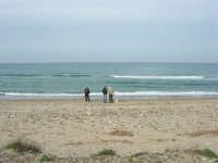 C/da Magazzinazzi - con le canne da pesca in riva la mare - 11 gennaio 2009   - Alcamo marina (2578 clic)