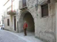 per le vie del paese: un arco - 23 aprile 2006   - Palazzo adriano (2990 clic)