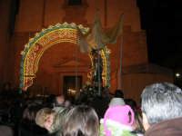 Piazza Ciullo - processione in onore di S. Giuseppe: la statua del Santo sta per rientrare nella Chiesa di Sant'Oliva - 20 marzo 2006   - Alcamo (1273 clic)