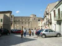 la piazza e la Chiesa Maria SS. Assunta - 23 aprile 2006   - Palazzo adriano (1644 clic)