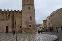 Castello dei Conti di Modica, lato nord ed uno scorcio del monte Bonifato innevato - 14 febbraio 2009    - Alcamo (2908 clic)