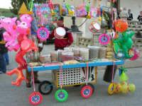 Mercoledì Santo - Carrettino di venditore ambulante: frutta secca, semi (calia e simenza), caramelle e giocattoli vari - 12 aprile 2006  - Buseto palizzolo (11315 clic)
