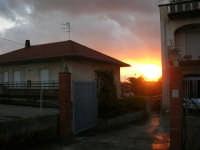 Tramonto di fuoco, tra le case, in un gelido pomeriggio invernale - 24 gennaio 2006  - Alcamo (1667 clic)