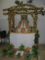 Cene di San Giuseppe - Altare di pani - esposizione di lavori artigianali effettuata dalla popolazione femminile della Casa Circondariale di Trapani - 15 marzo 2009  - Salemi (2894 clic)
