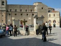 la fontana al centro della piazza e la Chiesa Maria SS. Assunta - 23 aprile 2006   - Palazzo adriano (1716 clic)