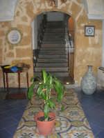 Pescheria Randazzo in via Guglielmo Marconi: splendido maiolicato nell'ingresso del locale e scala - 21 luglio 2007   - Castellammare del golfo (1129 clic)