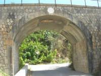 ponte ferroviario alle porte del paese - al centro il simbolo del fascio con la scritta: 1929 A. XII - 4 ottobre 2007  - Calatafimi segesta (1187 clic)