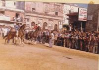 Festeggiamenti in onore di Maria Santissima dei Miracoli - Corse dei cavalli: la partenza da piazza Ciullo - giugno 1979  - Alcamo (10103 clic)