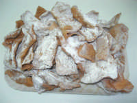 chiacchiere, dolci di pasta fritta tagliata a strisce e cosparsa di zucchero, tipici di Carnevale - 5 febbraio 2008   - Alcamo (2116 clic)