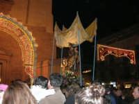 Piazza Ciullo - processione in onore di S. Giuseppe: la statua del Santo sta per rientrare nella Chiesa di Sant'Oliva - 20 marzo 2006   - Alcamo (1298 clic)