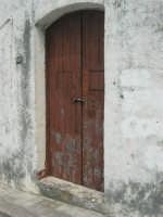 via SS. Salvatore: la porta di una vecchia casa - 1 maggio 2007  - Alcamo (1059 clic)