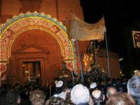 Piazza Ciullo - processione in onore di S. Giuseppe: la statua del Santo sta per rientrare nella Chiesa di Sant'Oliva - 20 marzo 2006   - Alcamo (1408 clic)