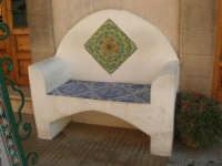 girovagando per la città: panchina in pietra, con decorazioni in ceramica - 30 agosto 2008    - San vito lo capo (1281 clic)