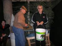 PRESEPE  VIVENTE - I.C. Giovanni Pascoli - La sig.ra Antonina Asaro collabora alla preparazione della ricotta - 20 dicembre 2008  - Castellammare del golfo (657 clic)