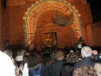 Piazza Ciullo - processione in onore di S. Giuseppe: la statua del Santo sta per rientrare nella Chiesa di Sant'Oliva - 20 marzo 2006   - Alcamo (1343 clic)